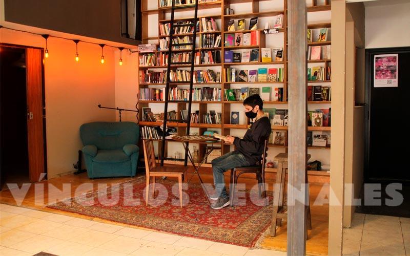 La librería y la biblioteca de Café Artigas. Los libros de la biblioteca se pueden leer en el bar o llevar como préstamo.